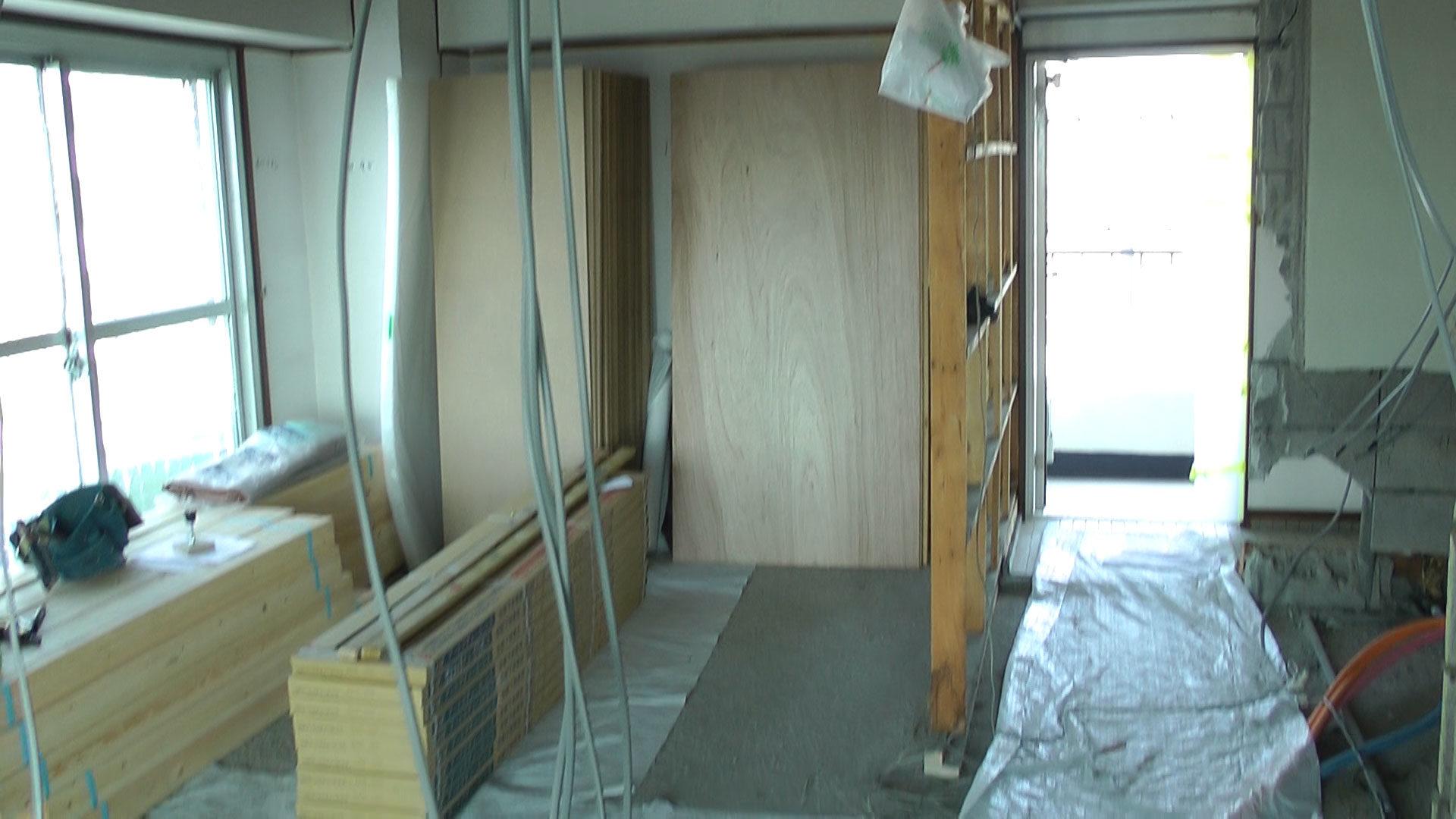 2017年05月30日空間(室内?)の真ん中あたりに立った玄関側