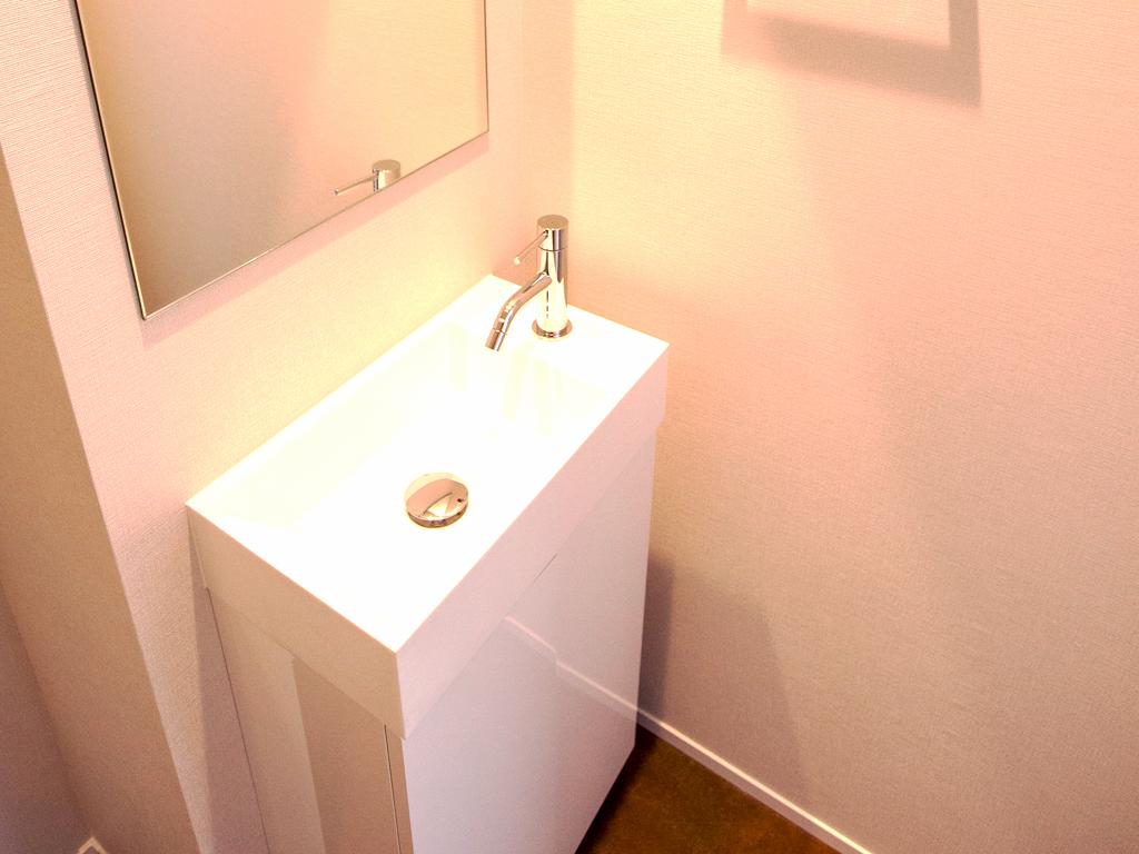 洗面台には大きな鏡を